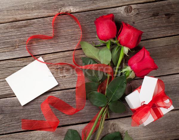 Red roses walentynki kartkę z życzeniami dar szkatułce drewniany stół Zdjęcia stock © karandaev