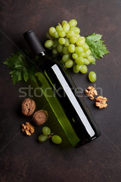 Stok fotoğraf: şarap · şişesi · üzüm · fındık · üst · görmek · ahşap