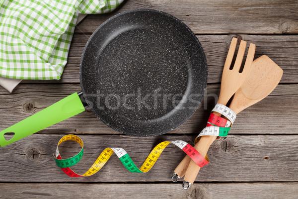 Aliments sains poêle cuisine ustensiles mètre à ruban table en bois Photo stock © karandaev