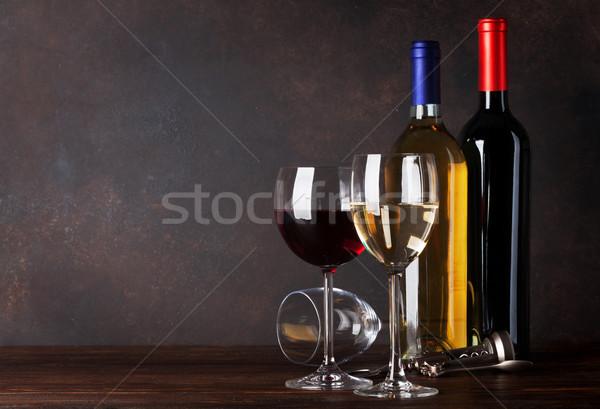 Rouge vin blanc bouteilles tableau noir mur espace de copie Photo stock © karandaev