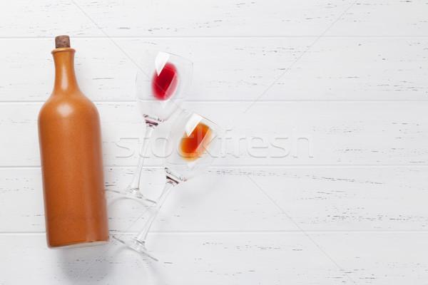 Bottiglia di vino occhiali tavolo in legno vino rosso top view Foto d'archivio © karandaev