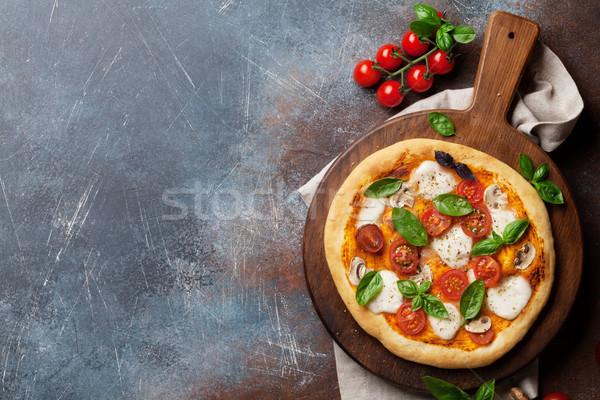 İtalyan pizza domates mozzarella fesleğen üst Stok fotoğraf © karandaev