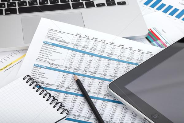 Foto stock: Financeiro · documentos · computador · escritório