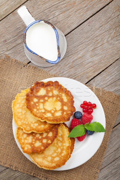 Panquecas framboesa leite mesa de madeira Foto stock © karandaev