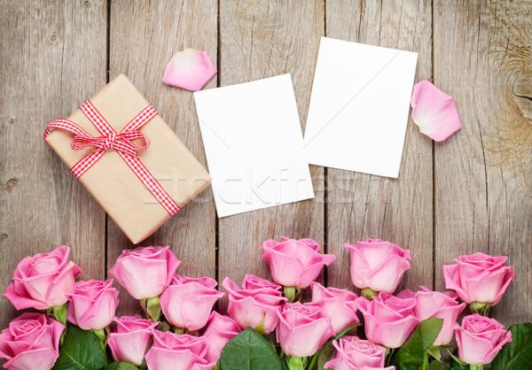 Fotó keret ajándék doboz rózsaszín rózsák fa asztal Stock fotó © karandaev