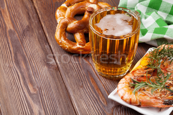 Pretzel birra mug alla griglia tavolo in legno view Foto d'archivio © karandaev