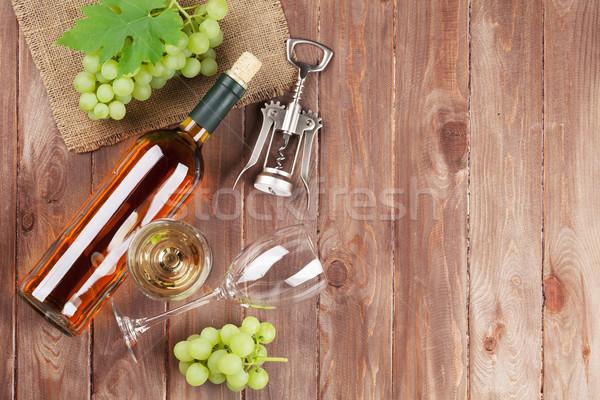 Köteg szőlő fehérbor dugóhúzó fa asztal felső Stock fotó © karandaev