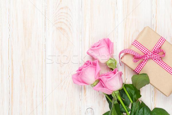 Valentin nap rózsaszín rózsák fa asztal ajándék doboz felső Stock fotó © karandaev
