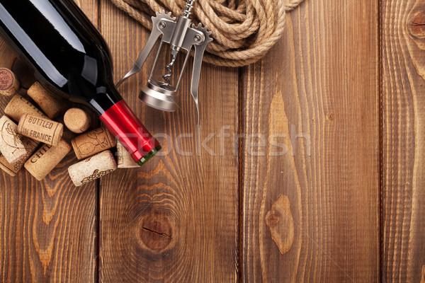 Vinho tinto garrafa mesa de madeira topo ver Foto stock © karandaev