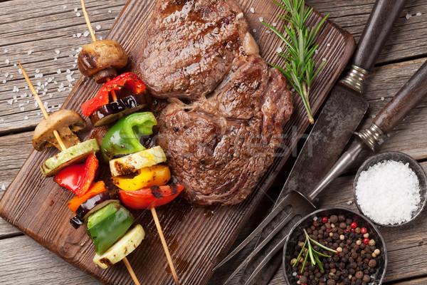 Grillezett zöldségek bifsztek vágódeszka fa asztal felső Stock fotó © karandaev