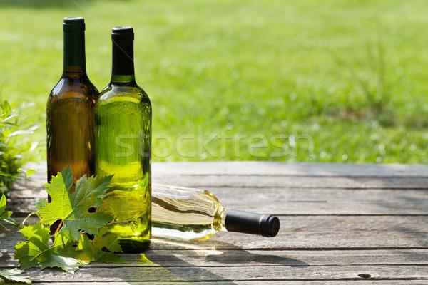 Białe wino butelek drewniany stół zewnątrz martwa natura przestrzeni Zdjęcia stock © karandaev