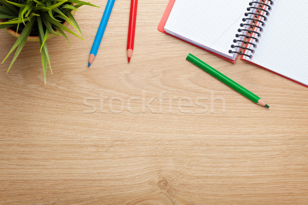 Bureau table fleur notepad coloré crayons Photo stock © karandaev