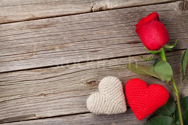 Czerwona róża walentynki serca drewna górę widoku Zdjęcia stock © karandaev