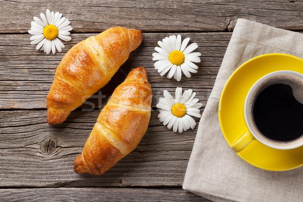 Rogaliki filiżankę kawy drewniany stół górę widoku śniadanie Zdjęcia stock © karandaev