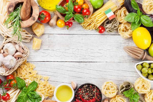 Comida italiana macarrão ingredientes mesa de madeira topo ver Foto stock © karandaev