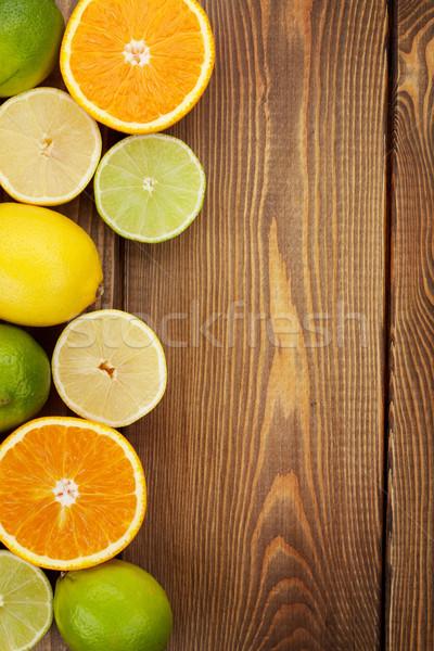 Cytrus owoce pomarańcze cytryny drewniany stół kopia przestrzeń Zdjęcia stock © karandaev