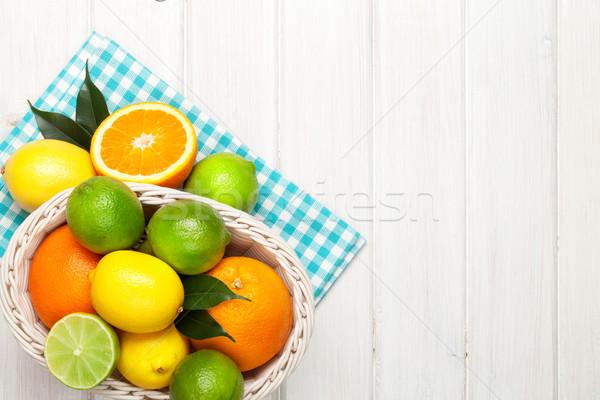Cítrico frutas cesta laranjas limões mesa de madeira Foto stock © karandaev