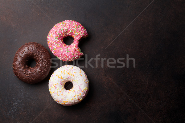 Coloré donuts pierre table haut vue Photo stock © karandaev