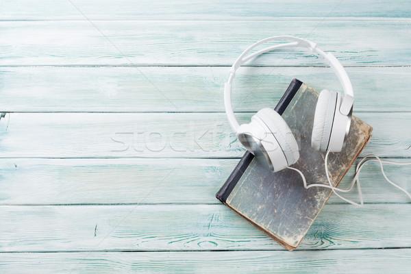 De audio libro auriculares edad libros mesa de madera Foto stock © karandaev
