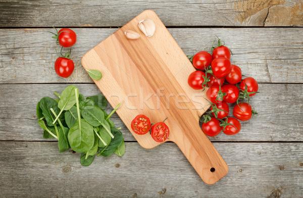 Pomidorki drewniany stół deska do krojenia drewna liści tle Zdjęcia stock © karandaev