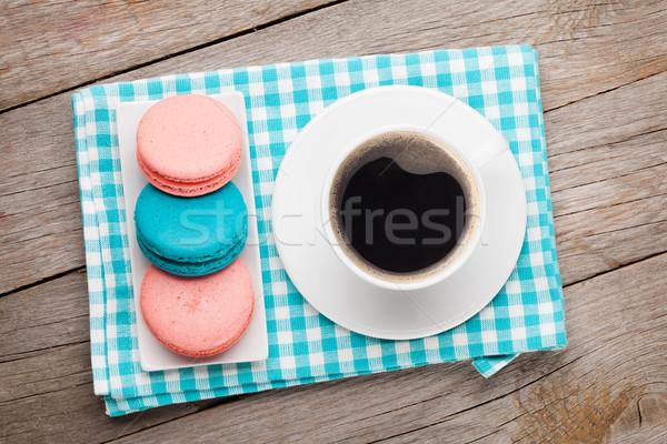 Stok fotoğraf: Renkli · macaron · kurabiye · fincan · kahve · ahşap · masa
