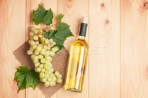 Witte wijn fles bos witte druiven houten tafel exemplaar ruimte Stockfoto © karandaev
