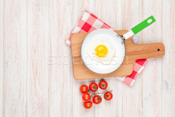 Sağlıklı kahvaltı sahanda yumurta domates beyaz ahşap masa Stok fotoğraf © karandaev