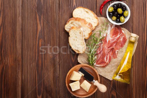 Bruschetta ingrediënten prosciutto olijven kaas top Stockfoto © karandaev