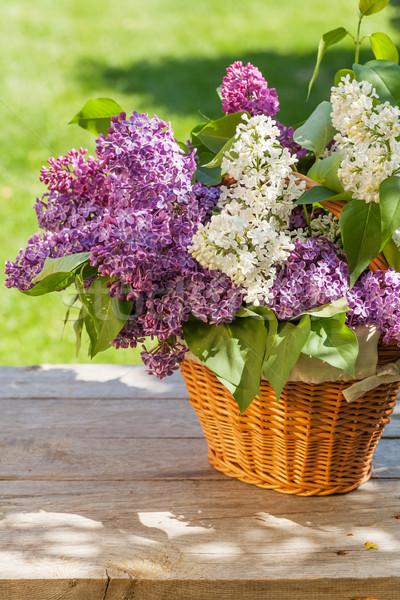 Foto stock: Colorido · lila · flores · cesta · jardín · mesa