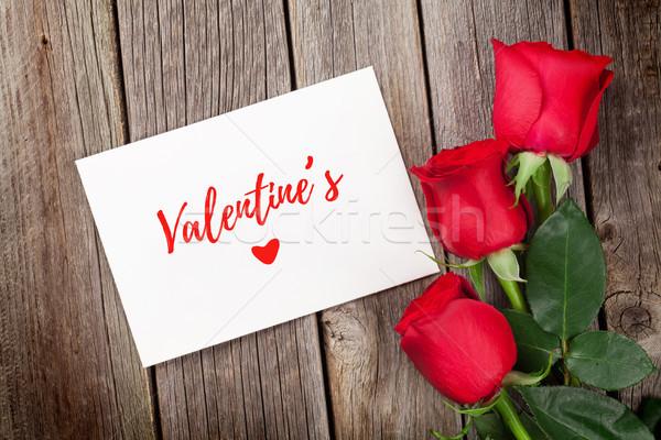 Red roses walentynki kartkę z życzeniami drewniany stół górę widoku Zdjęcia stock © karandaev