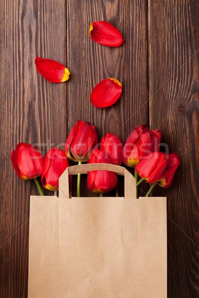 Piros tulipánok virágcsokor táska fa papírzacskó Stock fotó © karandaev