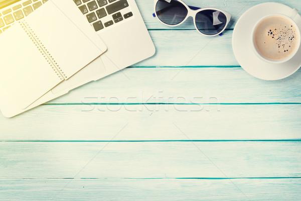 Bureau tabel laptop koffie zonnebril houten tafel Stockfoto © karandaev