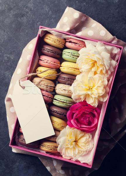 Coloré sweet macarons fleurs pierre table Photo stock © karandaev