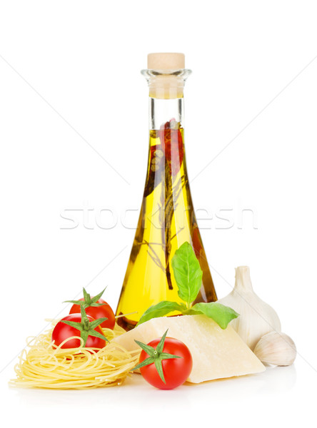 Pasta tomates albahaca aceite de oliva queso parmesano enfoque Foto stock © karandaev