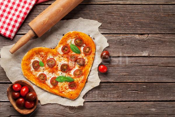 Corazón pizza tomates mozzarella día de san valentín Foto stock © karandaev