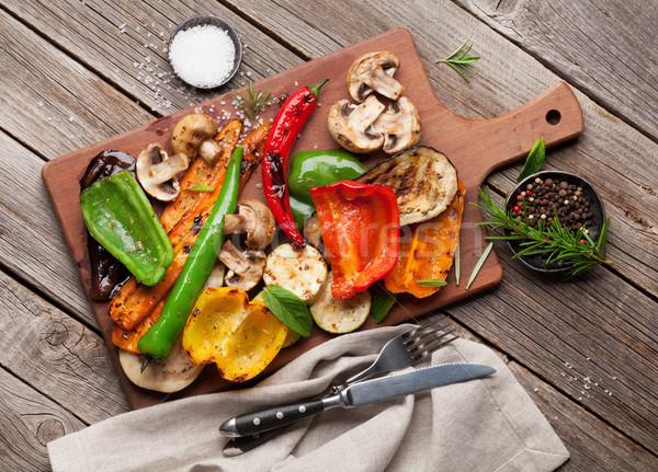 A la parrilla hortalizas tabla de cortar mesa de madera superior vista Foto stock © karandaev