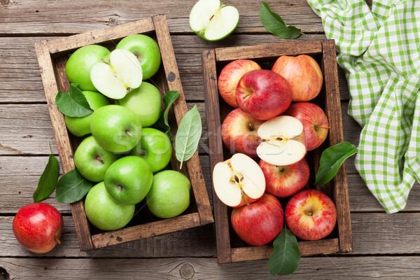 Yeşil kırmızı elma ahşap kutu olgun Stok fotoğraf © karandaev