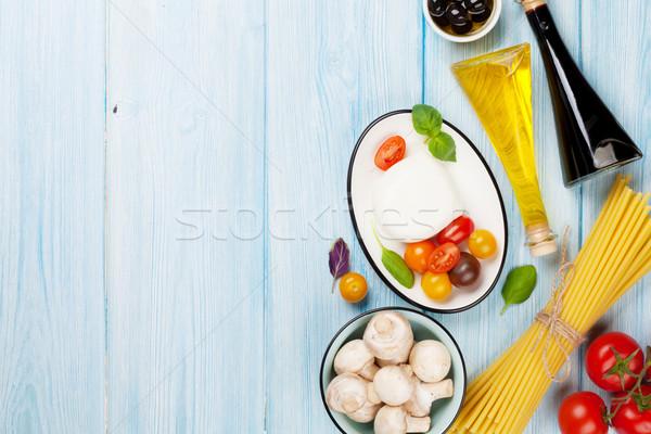 ストックフォト: トマト · バジル · オリーブオイル · 木製のテーブル · 先頭