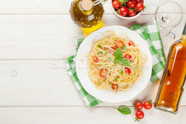 Spaghettis pâtes vin blanc tomates basilic table en bois Photo stock © karandaev