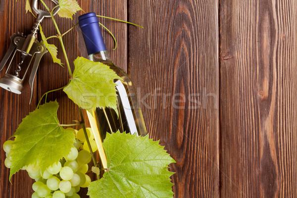 Raisins bouteille de vin blanc tire-bouchon table en bois espace de copie Photo stock © karandaev