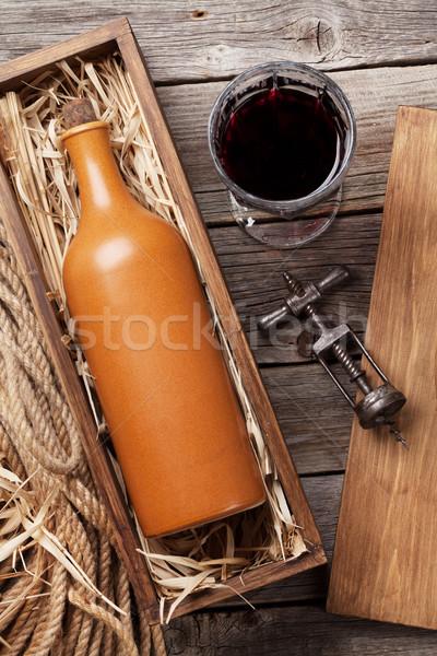 Vinho tinto garrafa vidro mesa de madeira topo ver Foto stock © karandaev