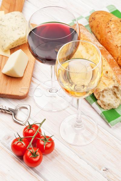 Foto stock: Branco · vinho · tinto · óculos · queijo · pão · mesa · de · madeira