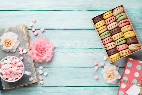 Kleurrijk vak heemst geschenkdoos koffiekopje houten tafel Stockfoto © karandaev