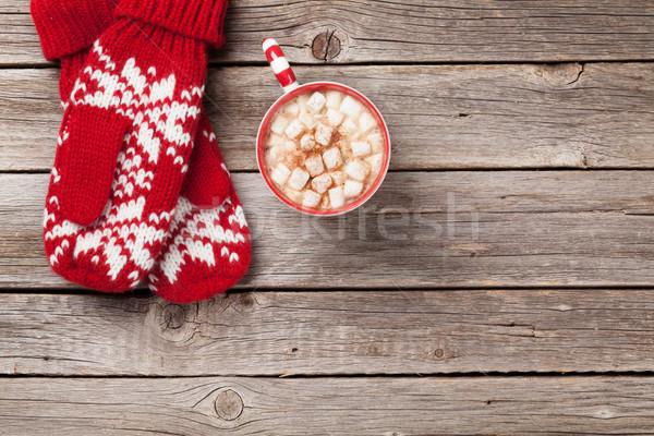 Natal luvas chocolate quente marshmallow mesa de madeira topo Foto stock © karandaev