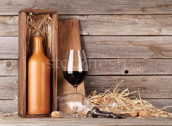 Vino rosso bottiglia bicchieri di vino legno muro copia spazio Foto d'archivio © karandaev