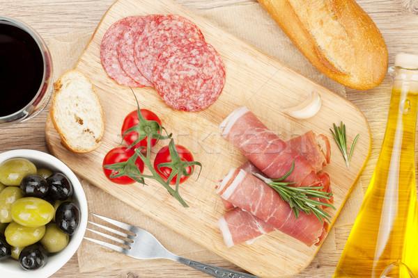 Vörösbor sajt prosciutto kenyér zöldségek fűszer Stock fotó © karandaev