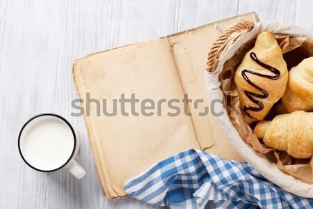 Vers croissant koffie houten tafel top Stockfoto © karandaev
