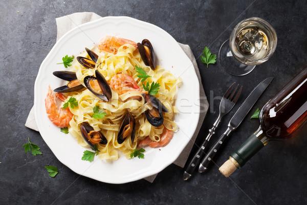 Foto d'archivio: Pasta · frutti · di · mare · vino · bianco · pietra · tavola