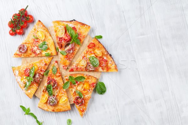 Pizza paradicsomok mozzarella bazsalikom házi készítésű felső Stock fotó © karandaev
