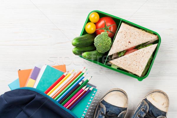 Pranzo finestra materiale scolastico verdura sandwich tavolo in legno Foto d'archivio © karandaev